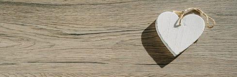 Wit hart op houten achtergrond, eenvoudige samenstelling, de dagconcept van Valentine, stock afbeelding