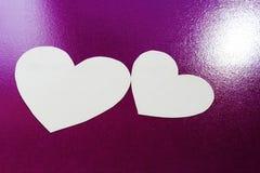 Wit hart op purper BG Royalty-vrije Stock Afbeelding