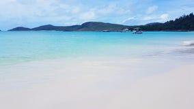 Wit hemelstrand het Pinkstereneiland in Australië stock fotografie