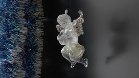 Wit het fonkelen cijfer van een engel die de lier, het roteren spelen stock videobeelden