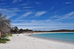 Wit het zandstrand van de wijnglasbaai in het Nationale Park van Freycinet in Tasmanige, Australië stock foto's