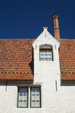 Wit historisch huis met rood dak Stock Afbeelding