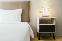 Wit hoofdkussen op bed Stock Foto's