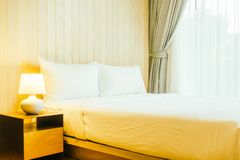 Wit hoofdkussen op bed Stock Afbeeldingen
