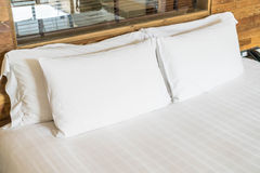 Wit hoofdkussen op bed Royalty-vrije Stock Fotografie