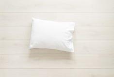 Wit hoofdkussen op de vloer stock afbeeldingen
