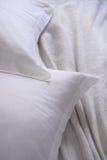 Wit hoofdkussen slordig bed Stock Afbeeldingen