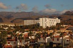 Wit Hotel met Palmen en Bungalowwen Royalty-vrije Stock Afbeeldingen