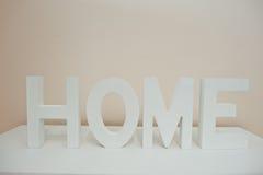 Wit houten brievenhuis op de plank royalty-vrije stock foto's