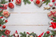 Wit houten bureau met Kerstmisdecoratie en vrije ruimte in het midden voor groettekst Giften, Kerstmanhoed, lantaarn, spartak stock foto's