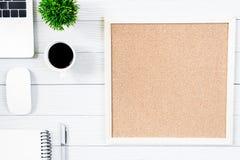 Wit houten bureaulijst en materiaal om met blac te werken Royalty-vrije Stock Fotografie
