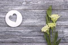 Wit houten hart met bloemen Stock Fotografie