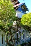 Wit houten vogelhuis op een post van de piketomheining Royalty-vrije Stock Afbeeldingen