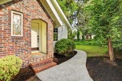 Wit huis buiten met portiek van de accent de rode baksteen behandelde ingang royalty-vrije stock afbeelding