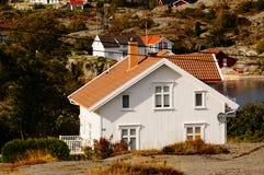 Wit huis dichtbij fjord Kragero, Portor Royalty-vrije Stock Foto