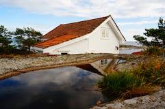 Wit huis dichtbij fjord Kragero, Portor Royalty-vrije Stock Afbeelding