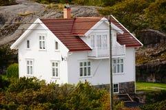 Wit huis dichtbij fjord Kragero, Portor Stock Fotografie