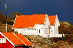 Wit huis dichtbij fjord Kragero, Portor Stock Afbeelding