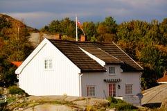 Wit huis dichtbij fjord Kragero, Portor Stock Afbeeldingen