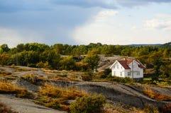 Wit huis dichtbij fjord Kragero, Portor, Noorwegen Stock Fotografie