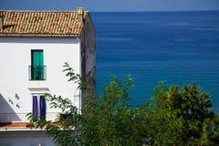 Wit Huis die uit over de Oceaan in Italië kijken Stock Foto