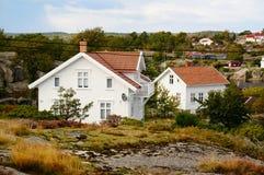 Wit huis en Noordzee in Noorwegen Stock Foto