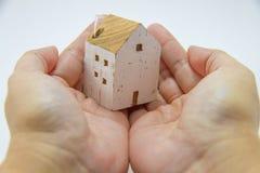Wit huis in handen Royalty-vrije Stock Foto