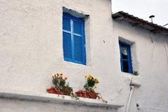 Wit huis met blauwe vensters royalty-vrije stock fotografie