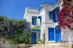 Wit huis met bloemen Royalty-vrije Stock Afbeeldingen