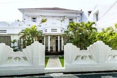Wit huis met een groene tuin Royalty-vrije Stock Foto's