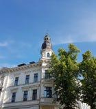 Wit Huis met flyugely, gipspleister het vormen en bomen Stock Foto's