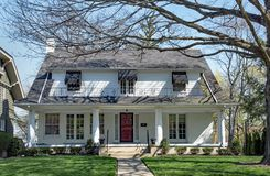 Wit Huis met Grote Open Portiek stock foto