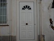 Wit Huis met Metaaldeur en Versperd Venster in Lagos Portugal stock afbeelding