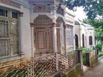 Wit Huis met veiligheidsbars, bogen en verfraaide vensters en kolommen stock foto's