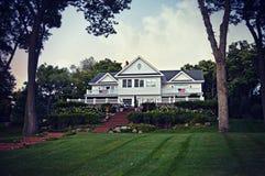 Wit Huis met Vlaggen stock fotografie