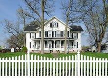 Wit huis met zwarte blinden Royalty-vrije Stock Afbeelding