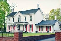 Wit Huis Rode Blinden royalty-vrije stock afbeeldingen