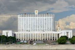 Wit Huis tegen de donkere wolken Royalty-vrije Stock Afbeeldingen