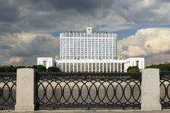 Wit Huis tegen de donkere wolken Royalty-vrije Stock Foto's