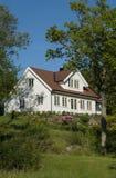 Wit huis in weelderige tuin royalty-vrije stock foto