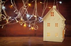 Wit huislantaarn met binnen het branden van kaarsen Royalty-vrije Stock Foto's