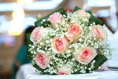 Wit huwelijk en overeenkomstenbloemboeket Mooi huwelijksboeket met verschillende bloemen, rozen De details van het huwelijk Royalty-vrije Stock Foto's