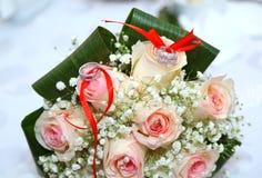 Wit huwelijk en overeenkomstenbloemboeket Mooi huwelijksboeket met verschillende bloemen, rozen trouwringen en huwelijk DE Royalty-vrije Stock Afbeeldingen