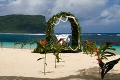 Wit huwelijk in het zand royalty-vrije stock foto