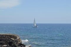 Wit jacht in blauwe overzees Stock Foto's