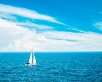 Wit Jacht die in Blauwe Overzees varen Mooie wolken Royalty-vrije Stock Afbeelding