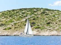 Wit jacht die dichtbij de kust van Dalmatië varen Stock Foto