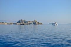 Wit jacht en de vesting van Korfu Royalty-vrije Stock Fotografie