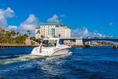 Wit Jacht naar Blauwe Brug royalty-vrije stock foto
