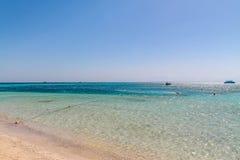 Wit jacht op een zonnige dag op het rode die overzees door duidelijk blauw water wordt omringd royalty-vrije stock afbeelding